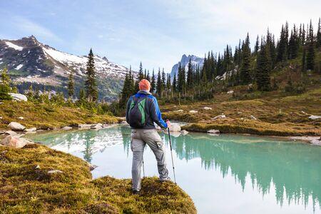Hiker relaxing at serene mountain lake Stockfoto