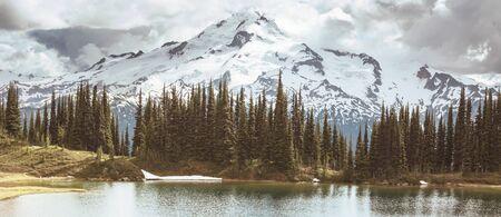 Immagine lago e Glacier Peak a Washington, USA Archivio Fotografico