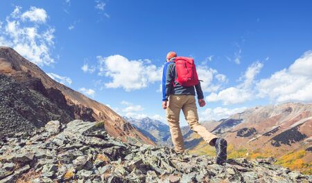 Backpacker in hike in the autumn mountains Banque d'images