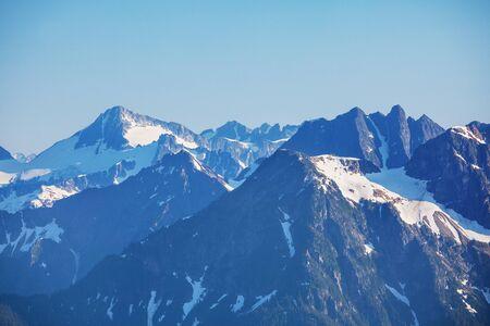 Piękny szczyt górski w North Cascade Range, Waszyngton / USA