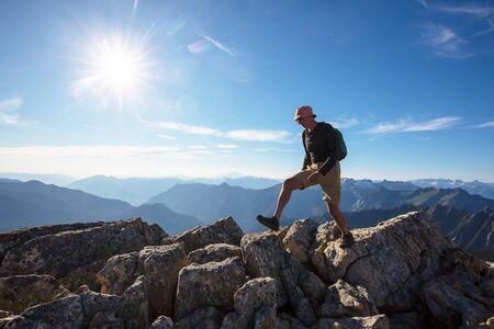 Mochilero en caminata en las montañas de otoño Foto de archivo