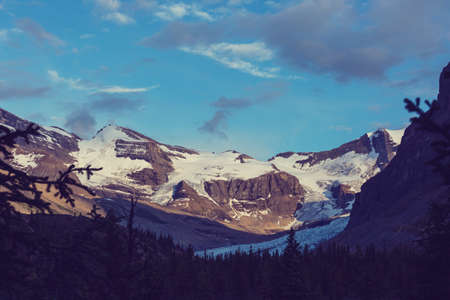 Picturesque mountain view in the Canadian Rockies in summer season Imagens