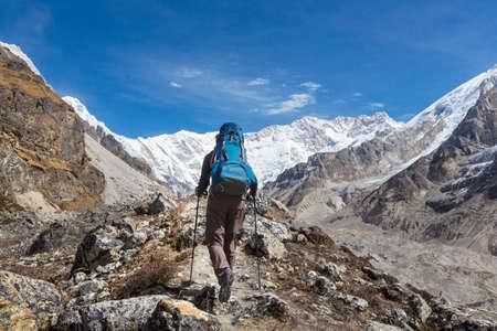 Hiker in Himalayas mountain. Nepal 免版税图像