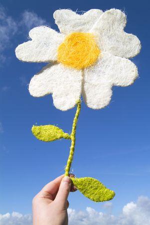 le doy una flor de papel (contra el cielo azul profundo) Foto de archivo - 371713
