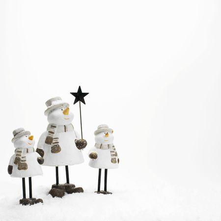Kleine Schneem�nner, die in den Schnee (Kopie Leerzeichen)  Lizenzfreie Bilder