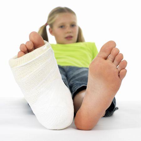 M�dchen mit gebrochenem Bein (Nahaufnahme der F��e, eins mit einem Pflaster Bandage)