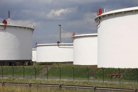 chemical plant: opslagtanks bij een chemische fabriek in de haven Stockfoto