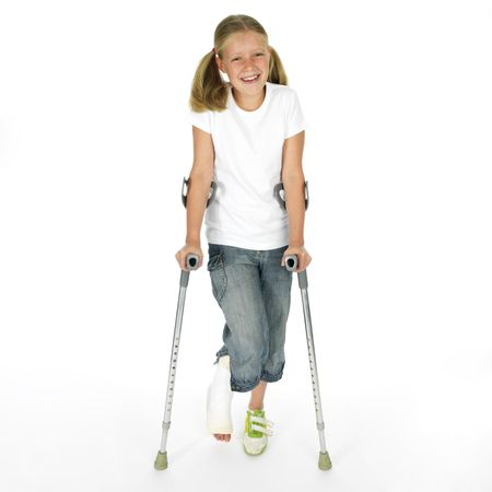 jambe cass�e: Fille avec une jambe cass�e marchant sur des b�quilles Banque d'images