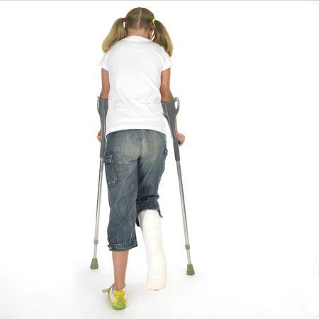 jambe cass�e: Fille avec une jambe cass�e, de marcher sur des b�quilles  Banque d'images