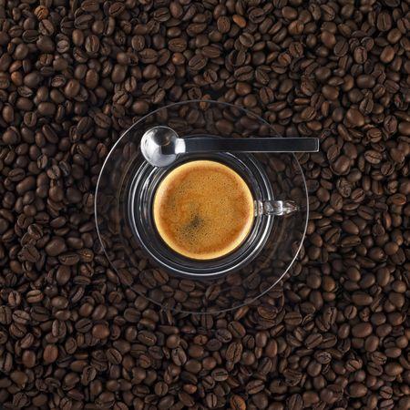 Glas mit frischen Tasse Kaffee aus Espresso (schwarzer Hintergrund)