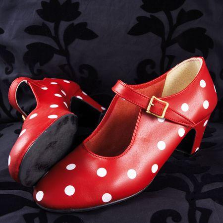 zwei rote Flamenco-Tanz-Schuhe mit wei�en P�nktchen (schwarzer Hintergrund)