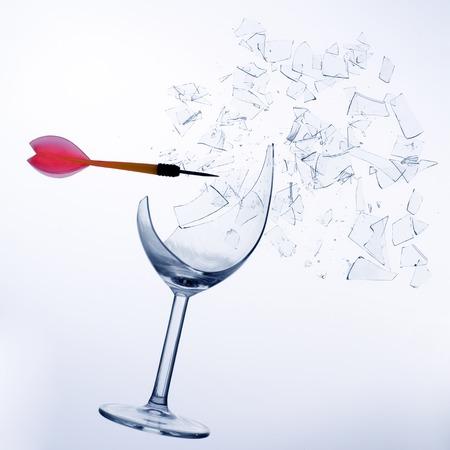 kleinen roten Pfeil brechen ein Glas Wein Lizenzfreie Bilder