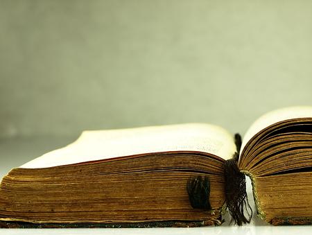 libros: Antiguo, libro abierto con una cubierta da�ada. Foto de archivo