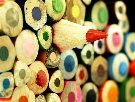 木製のクレヨン。他よりも異なる。 色とりどりの表面。 写真素材