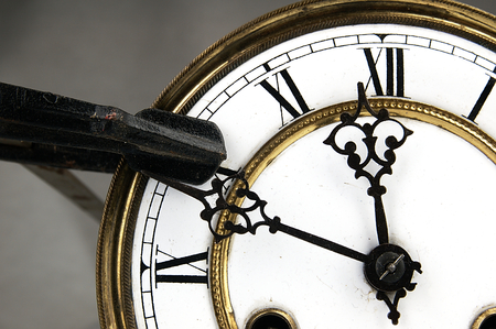 romeinse cijfers: Carpenter klem blokkeert de klok. Oude klok-face met Romeinse cijfers. Stockfoto