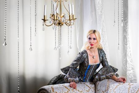 vestido medieval: Mujer en traje medieval apoy�ndose en el sof�