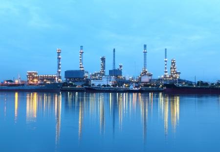 Zone de raffinerie au crépuscule dans la matinée