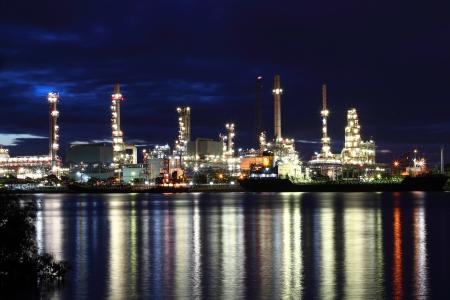 industria petroquimica: Área de la planta de refinería en el crepúsculo Foto de archivo