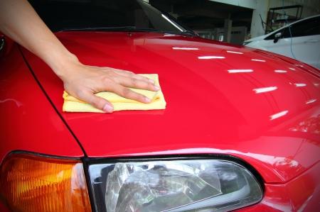 auto lavado: Limpie el coche rojo
