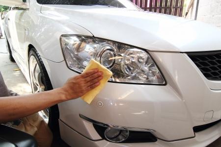 lavarse las manos: Mano con un trapo de pulir el coche, lavado de coches Foto de archivo