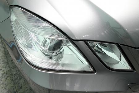 xenon: linterna del coche en el coche pulido, lavado de coches Foto de archivo
