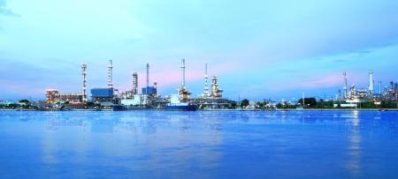 trabajador petroleros: ?rea de la planta de refiner?a en el crep?sculo panorama