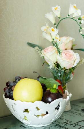 hermosa naturaleza muerta wite rosas blancas y fruta