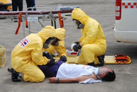 CHONBURI - 25 DE JUNIO Practicar radiol�gicos y qu�micos v�ctima prepararse para el oficial de la gesti�n de desastres en junio 25,2013 en Chonburi, Tailandia