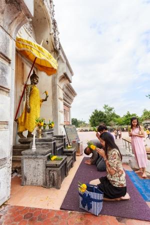 NA DUN, Mahasarakham - 20 de octubre personas no identificadas est�n adorando la estatua de Buda en la final del festival de la Cuaresma budista a Dun Na Pagoda el 20 de octubre de 2013 en Na Dun, Mahasarakham, Tailandia
