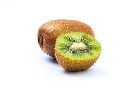 Jugosa fruta de kiwi aislada en el fondo blanco Foto de archivo