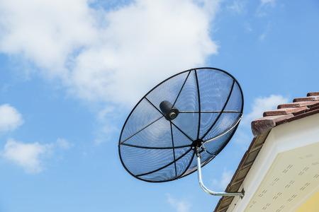 Antena parab?lica en el tejado