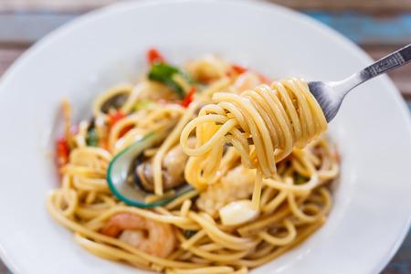 Picante de mariscos espaguetis en el plato Foto de archivo