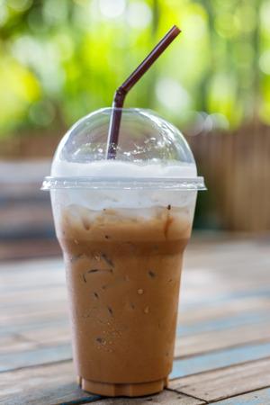 Caf� con hielo en mesa de madera