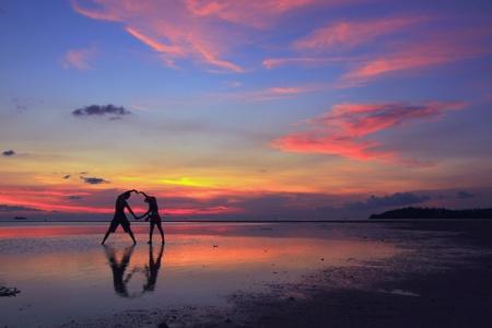 Das Bild von zwei Menschen in Liebe bei Sonnenuntergang Standard-Bild - 12721304