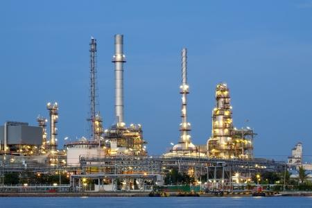 industria quimica: petróleo petroquímico refinería fábrica gasoducto en el crepúsculo Bangkok Tailandia Foto de archivo
