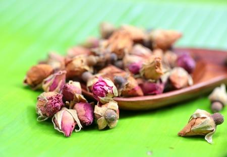 bourgeon: Flower tea rose buds on banana leaves