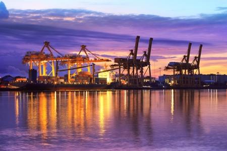 물류 가져 오기 내보내기 배경에 대해 황혼 조선소에서 크레인 다리 작업 산업용 컨테이너화물 운송 선박 스톡 콘텐츠 - 21931872