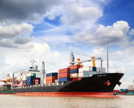 Cargo ship at the port outgoing with blue sky Stockfoto