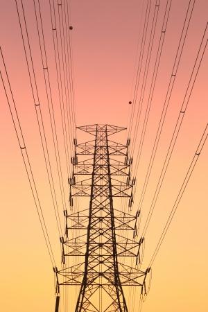 아름다운 하늘을 배경으로 높은 전압 타워입니다.