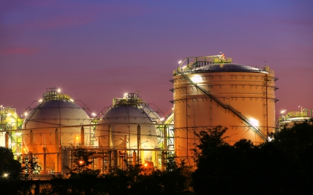 Chemical industrial storage sphere tanks at twilight time 에디토리얼