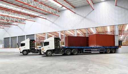 camions à quai de chargement entrepôt de l'industrie maritime Éditoriale