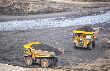 Producción de minerales útiles. el camión volcado en la minería del carbón