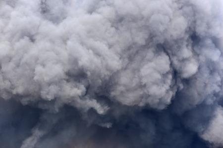 点火貝塚から黒い煙が渦巻く