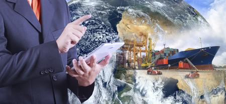 transportation: Nave merci industriale Container Cargo con il lavoro carroponte in cantiere con camion