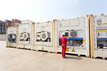 Ingenieur Kontrollgeräte in Steuerungssystem von Kühlcontainerfeld am Hof