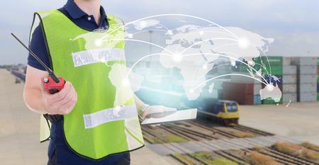 Global netwerkdekking kaart van de wereld op tablet, arbeider controle container laadbak van de trein bij dok werf voor Logistieke Import Export achtergrond