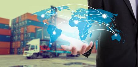 Wereldwijde netwerk dekking wereldkaart aan kant van zakenman, industriële Container Vracht vrachtschip aan habor voor logistieke import export achtergrond (elementen van deze afbeelding ingericht door Nasa) Stockfoto