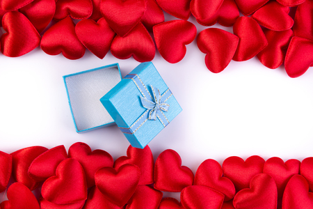red hearts with gift box, valentines day background concept. Banque d'images - 115101794