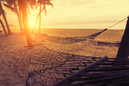 silhouette of hammock at sunset on the beach Banque d'images