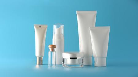 Satz kosmetischer Produkte auf einem Farbhintergrund. Kosmetikpaketkollektion für Creme, Suppen, Schäume, Shampoo. Blanko-Etikett für natürliche Schönheit für das Branding-Mock-up-Konzept.